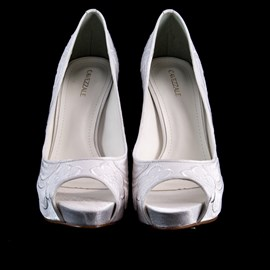 Sapato De Noiva Branco Bordado Salto Alto Peep Toe Cavezzale 097633